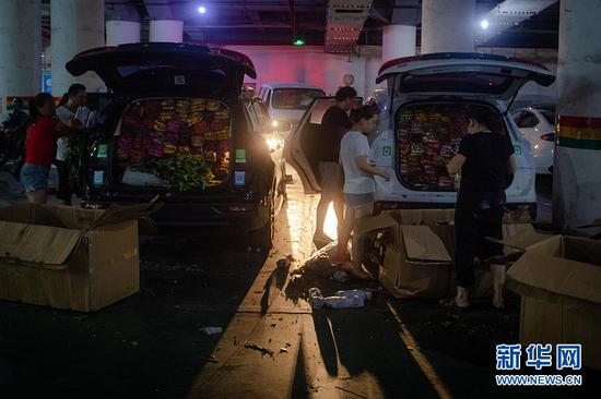 选购后,商家将花卉堆放在车厢里。新华网 李相博 摄