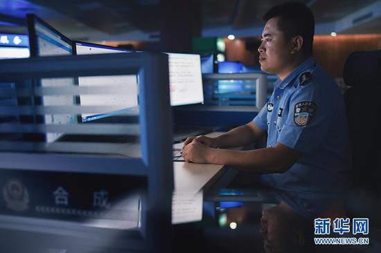 重庆市南岸区公安分局合成作战中心,办案民警通过系统办案。新华网发(南岸公安供图)