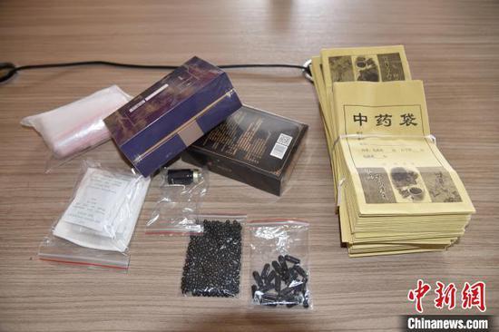 """图为警方缴获的""""祖传秘方""""药。警方供图"""