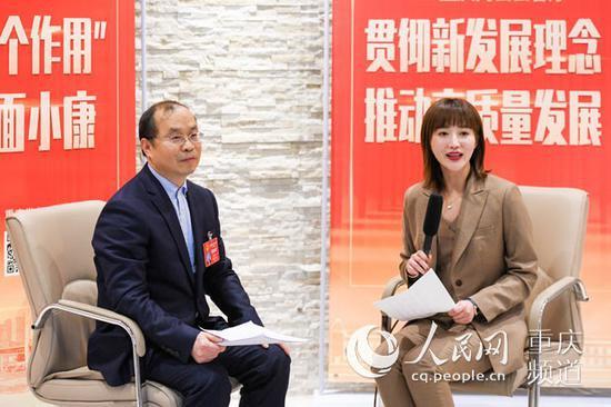 重庆市人大代表、巫溪县委书记唐德祥接受人民网专访。邹乐 摄