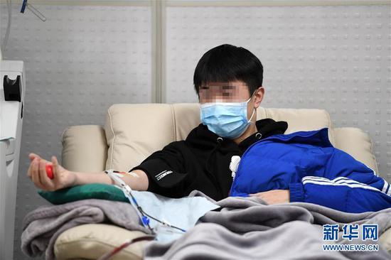 2月17日,新冠肺炎康复患者王某在重庆市血液中心捐献血浆。新华社记者 唐奕 摄