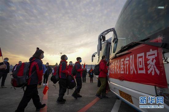 ↑3月18日,重庆援鄂医疗队首批返回的医护人员登车离开重庆江北国际机场。