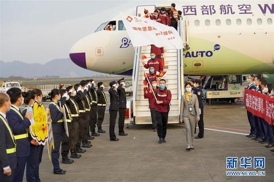↑3月18日,重庆援鄂医疗队首批返回的医护人员走下飞机。 当日,重庆援鄂医疗队首批返回的133名医护人员抵达重庆江北国际机场。 新华社记者 刘潺 摄