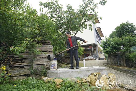 渝北区玉峰山镇村民余木平正在收拾卫生。黄亚辉 摄