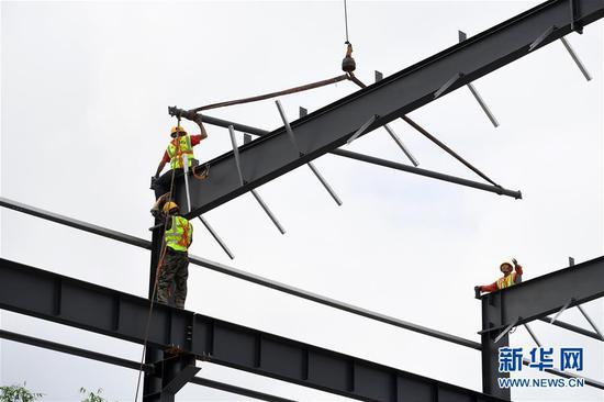6月9日,工人在位于重庆市巴南区的渝湘高铁重庆段建设工地现场作业。新华社记者 唐奕 摄