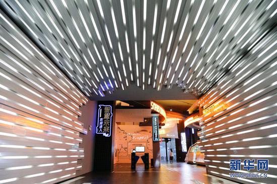 """""""智慧名城""""馆集中展示了大数据智能化的相关成就,漫步其中还能体验到极具山城特色的展览内容。新华网发 耿骏宇 摄"""