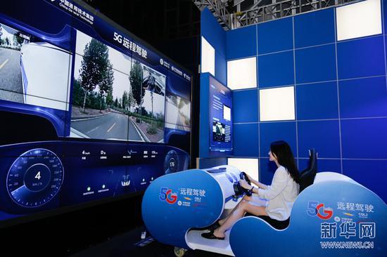 参观者正在体验5G远程驾驶技术。新华网发 耿骏宇 摄
