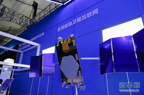 场馆中展示的用于全球低轨卫星互联网的卫星。新华网发 耿骏宇 摄