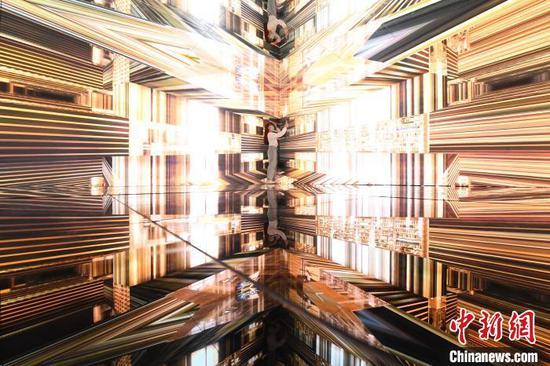图为四维空间展厅吸引民众自拍。 陈超 摄
