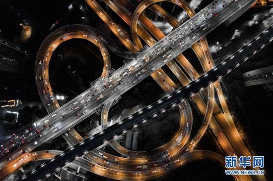 """重庆鹅公岩立交桥,两个大幅度的匝道组成一个""""心""""形。新华网发(耿骏宇 摄)"""