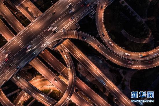 鹅公岩立交复杂的匝道。新华网发(耿骏宇 摄)