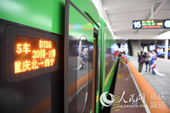 重庆北至西宁的D755次动车组列车静静停靠在站台,等待旅客上车。 李文航摄