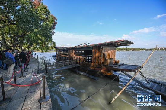 停靠在嘉兴南湖湖心岛的南湖红船(2020年10月27日摄)。新华社记者 徐昱 摄