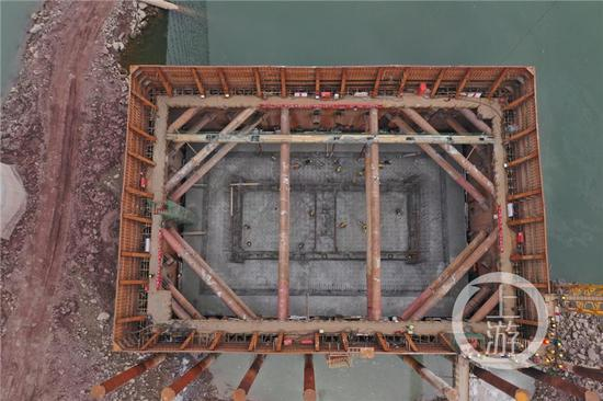 ▲李家沱长江复线桥P2承台混凝土浇筑完成