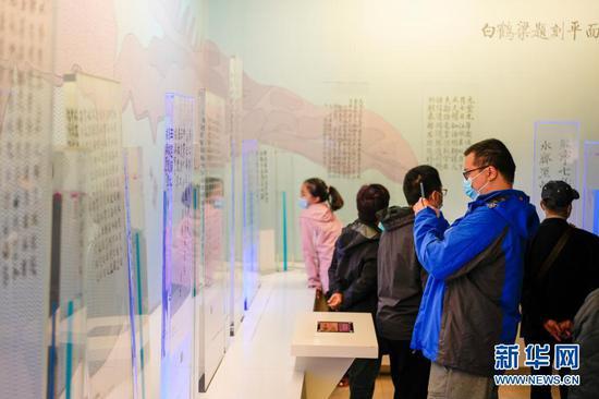 2月21日,游客在白鹤梁水下博物馆的地面陈列馆参观。