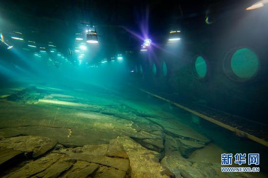 """这是长江水下40米深处,利用""""无压容器""""原理原址原貌原环境保护的白鹤梁题刻(2月21日摄)。"""