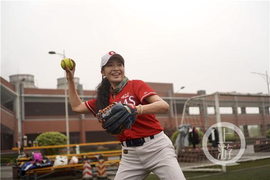"""△重庆""""俏地龙""""垒球队队长谢里程"""
