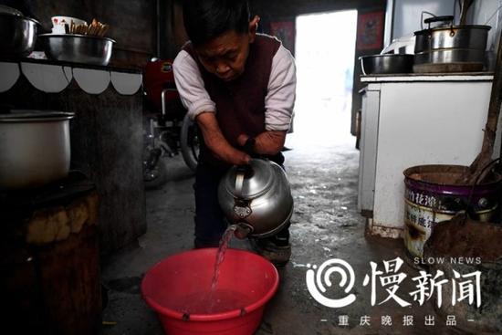 每天清晨,早起的蔡冬凤做的第一件事情就是给母亲烧热水,让她洗澡。
