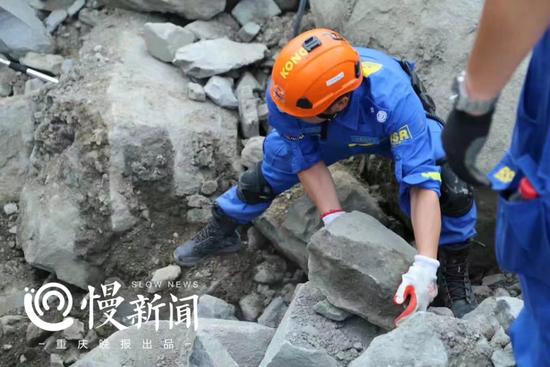 △谭明华在冒险泥石流救援现场