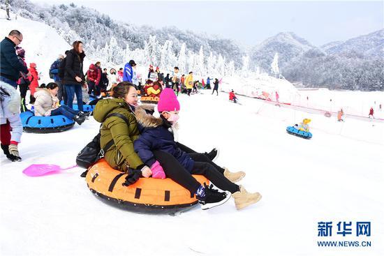 冷水国际滑雪场的游客戏雪。新华网发(付光禄 摄)