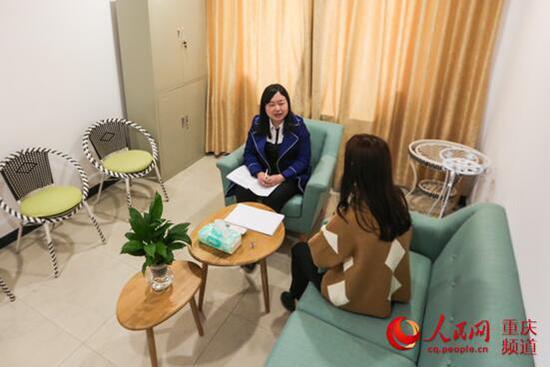 胡晓与学生交流。 胡瑾 摄