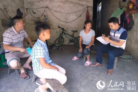 李云勇(右一)走访农户调查劳动就业情况。受访者供图
