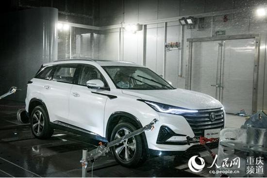 中国汽研汽车环境风洞内,风洞正在制造风雪,测试汽车性能。邹乐 摄