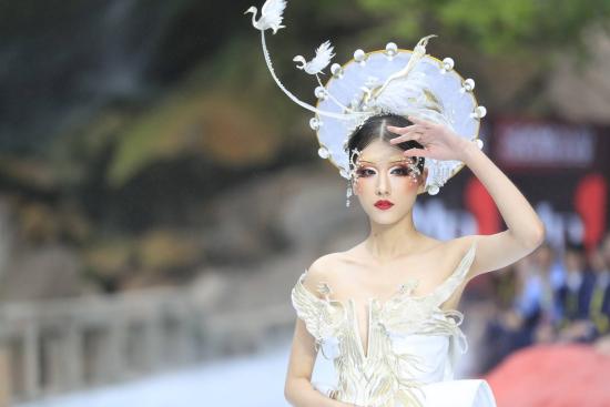 图为模特展示毛戈平的彩妆作品。 活动组委会供图
