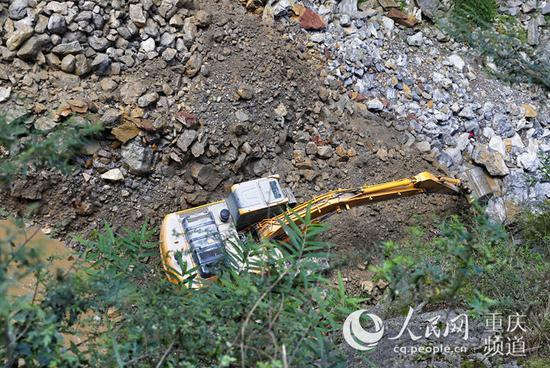 挖掘机正在忙碌地施工。罗嘉 摄