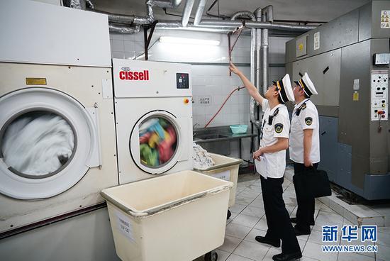 执法人员对酒店地下洗衣间进行了重点检查。新华网 韩梦霖 摄
