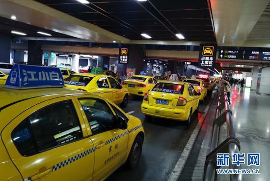 图为重庆北站北广场内的出租车上客区。新华网 韩梦霖 摄