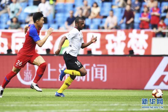 4月13日,河北华夏幸福队球员卡埃比(前)在比赛中突破。新华社记者王全超摄