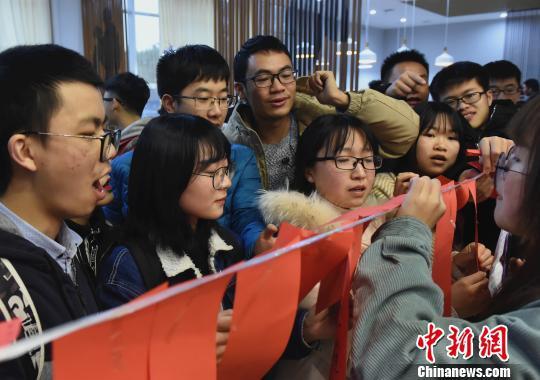 图为重庆大学学生在食堂里猜灯谜。 周毅 摄