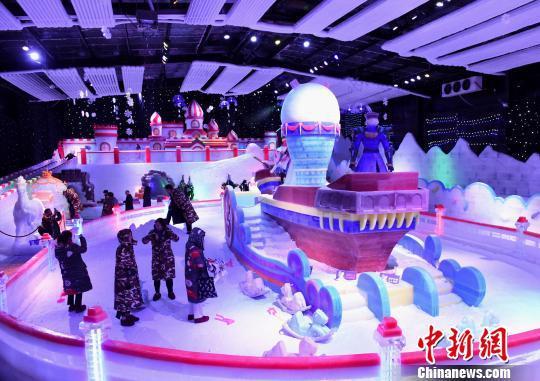 图为众多市民在冰雪乐园里游玩参观。 周毅 摄