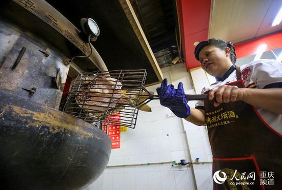 腌制好的鱼被放入现代化的烤炉之中。何超 摄
