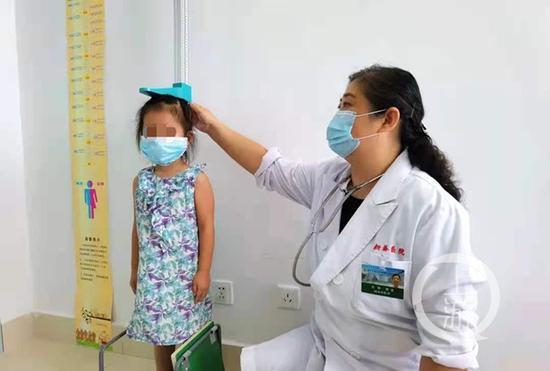新橋醫院內分泌科專家正在為孩子測量身高、進行相關檢查