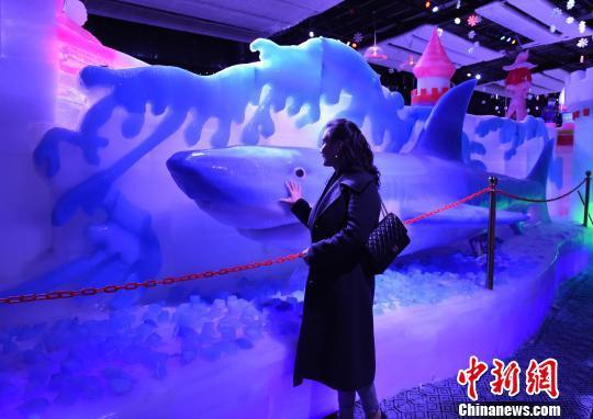 图为冰雪乐园里的冰雕吸引市民眼球。 周毅 摄