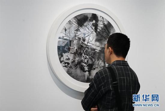 图为游客在悦来艺术馆内欣赏美术作品。新华网 韩梦霖 摄