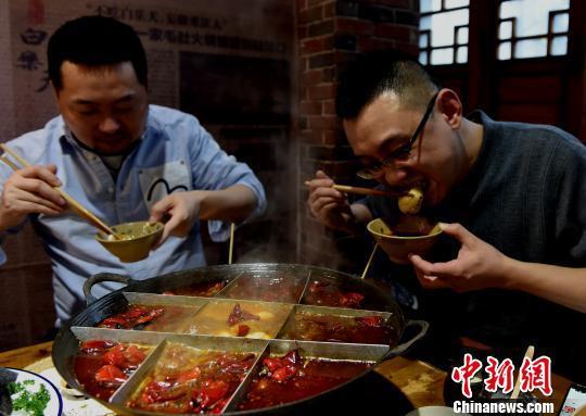 图为食客品尝芥末口味和双椒口味的汤圆。 周毅 摄