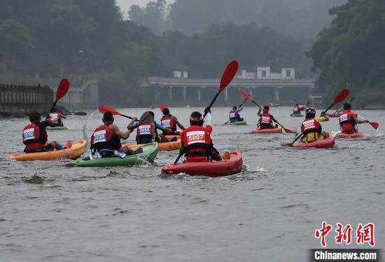 图为12公里皮划艇比赛现场。 周毅 摄