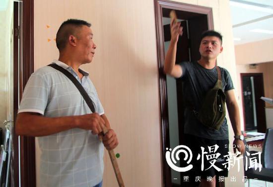 闫先生和负责28楼装修的施工方进行交涉
