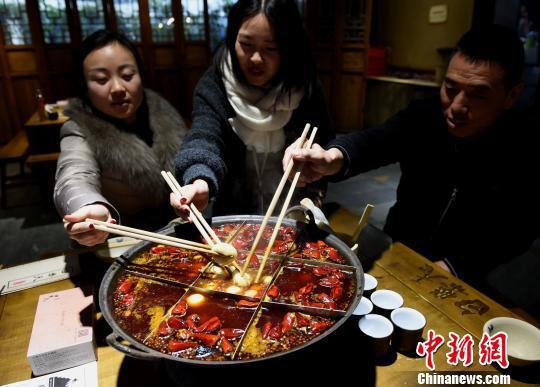 图为食客在麻辣火锅里煮汤圆庆元宵节。 周毅 摄