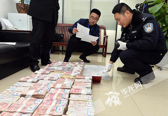 民警当场查获600万现金。警方供图