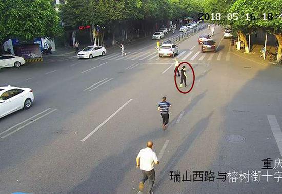 民警街头追捕涉毒嫌疑人。警方供图