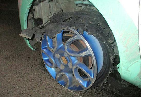 被磨损的轮胎。警方供图