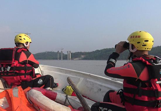 消防官兵驾驶冲锋舟沿江搜寻。 北碚消防支队供图 华龙网发