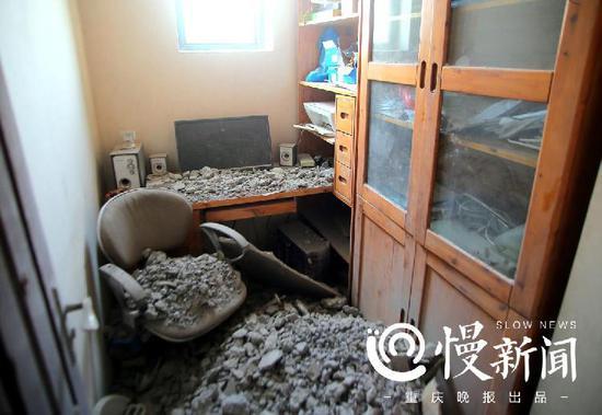 闫先生书房堆满水泥碎块,一片狼藉