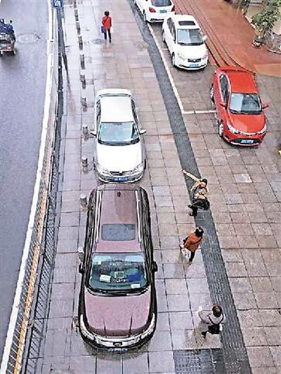 南岸区亚太路路边随意停放的车辆。 本报记者 景然 摄