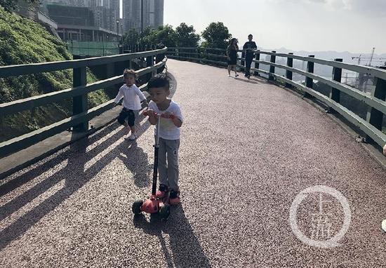 小朋友在步道上玩耍。