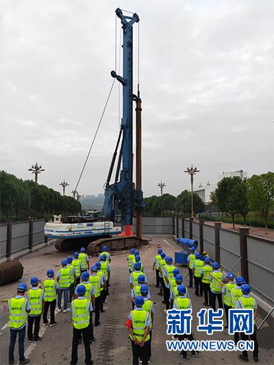 重庆轨道交通4号线二期高架车站主体工程11日全面开工建设,图为中铁七局参建人员在开工仪式现场。新华网发(郭强 摄)